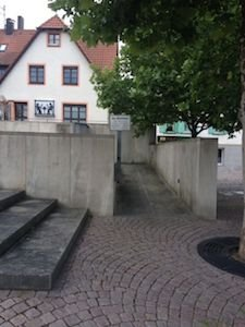 """Die """"Zugangsrampe"""" für gehbehinderte Personen zum Sitzungssaal des """"Alten Rathauses"""" (Foto: Raviol)"""